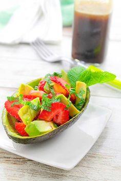 Receta de Ensalada de aguacates y fresas  - 2 Aguacates no demasiado maduros - 400 gr de fresas - 75 ml de aceite de oliva virgen extra - 25 ml de vinagre balsámico de Módena - Pimienta negra molida - 4 brotes de hojas menta - Sal