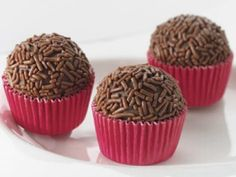 Brigadeiro (Brazilian chocolate 'bonbon' made with sweetened condensed milk, butter and cocoa powder. Köstliche Desserts, Delicious Desserts, Yummy Food, Food Cakes, Sweet Recipes, Cake Recipes, Chocolate Candy Recipes, Cakes And More, Holiday Recipes