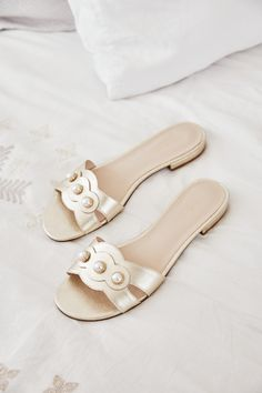 Spring Sandals, Gold Sandals, Street Style, Must Haves, Spring Summer, Slip On, Pearls, Boots, Collection