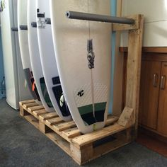 Surfboard rack DIY from old wooden pallets up-cycled. Surfboard Storage, Surfboard Rack, Kayak Storage, Skateboard Rack, Kayak Rack, Skateboard Girl, Surf Decor, Decoration Surf, Garage Organization