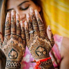 """india-bollywood: """" SEIS ESTILOS DE MEHENDI / HENNA MEHENDI INDIO Los diseños de mehendi indios son un complejo patrón de pavos reales, flores y ramas, junto con el llamado 'estampado Cachemir' (forma de gota de agua o de riñón) o rostros de Radha y..."""