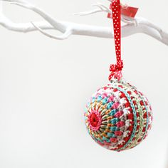 This gorgeous crochet bauble / ball decoration is perfect for the coming Christmas / winter festivities. To hang on the tree or as part of a table