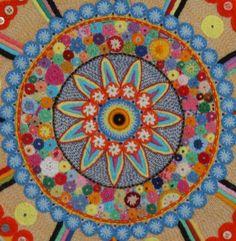 Painel com   Mandala confeccionada com técnicas de bordado, croche e fuxico. Moldura em Patchwork  Mandalas é uma forma carinhosa de abrir o coração para a criatividade, a intuição e o amor R$ 787,00