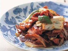 陳 建一さんの豚ロース肉を使った「陳さんちのホイコーロー」のレシピページです。キャベツを加えたら、焦らずゆっくり炒めること、昆布茶でうまみをプラスすることがポイント。フライパン1つでできるので家庭でもつくりやすい一品です。 材料: 豚ロース肉、キャベツ、ピーマン、ねぎ、にんにく、A、昆布茶、ラーユ、サラダ油、酒、しょうゆ、かたくり粉