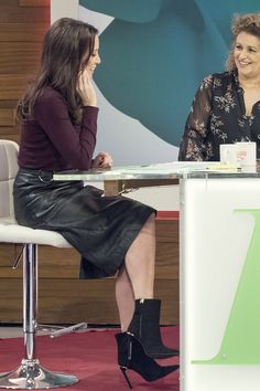 Andrea McLean attends Loose Women TV Show - Leather Celebrities Gigi Hadid, Black Leather Pencil Skirt, Tv Girls, Midi Shirt Dress, Midi Skirt, Tv Presenters, Leather Trousers, Great Legs, Sexy Skirt