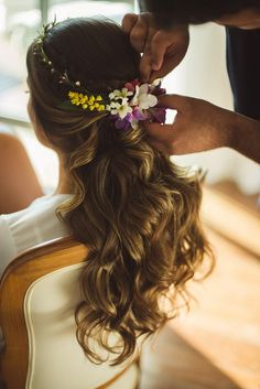 Casamento na praia: Ana Flávia & Márcio - IC Romantic Bridal Updos, Wedding Updo, Wedding Beauty, Diy Wedding, Summer Wedding Hairstyles, Bride Hairstyles, Bridal Hair Pins, Wedding Pinterest, How To Make Hair