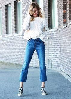 Check out easy to copy ideas on how to wear cropped flare and cropped bootcut jeans from street style stars like Alexa Chung. I am full on board with this Spring trend. I love wearing denim and this micro trend is refreshing. Flare Jeans Outfit, Kick Flare Jeans, Cropped Jeans Outfit, Cropped Pants, Crop Flare Jeans, Cropped Jumpers, Casual Jeans, Denim Shirt, Pantalon Bootcut
