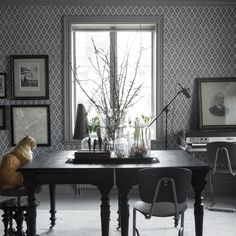 Första stora bilden av tapetern Viola Mörk grå