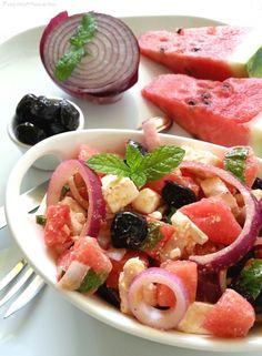Feta salad con anguria olive nere e menta. Una squisita insalata fredda perfetta come piatto unico salutare, veloce e delizioso.