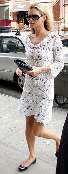 Rendas e vestido branco não combinam só com noivas, olha esse ai pra dar um passeio sendo linda