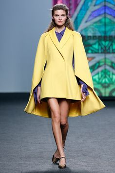 MBFW Madrid OI 2017/2018 Teresa Helbig Abrigo con capa amarillo combinado con morado Yellow Coat, Runway Fashion, Fashion Trends, Coat Dress, Couture, Mercedes Benz, Madrid, Duster Coat, Winter Fashion
