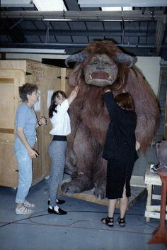 A fantastic behind-the-scenes photo from Labyrinth - this really gives you a sense of how huge Ludo was. Ludo Labyrinth, Jim Henson Labyrinth, Labyrinth 1986, Labyrinth Movie, David Bowie, Labrynth, Fraggle Rock, Goblin King, The Dark Crystal