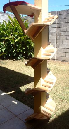 Stairs around an outside pole for Cats.  Escalera para gatos, Cat furniture