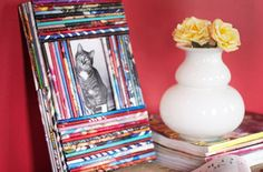 Very cute DIY recycled magazine picture frame! I love recycling my old magazines into cute crafts like this. Recycled Magazines, Old Magazines, Recycled Crafts, Crafts To Make, Home Crafts, Fun Crafts, Magazine Photo Frame, Marco Diy, Colorful Frames
