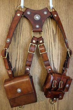 Everyday Carry Shoulder Holster - Album on Imgur Leather Tooling, Leather Bag, Diy Leather Sheath, Leather Shoulder Bags, Diy Leather Holster, Shoulder Armor, Leather Carving, Custom Leather, Leather Craft