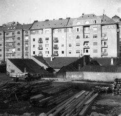 1933, Attila utca (Attila út) és a bontásra váró házak a Tabánban az Árok utca (Krisztina körút) felől nézve. Jobbra a Hadúr utca (Attila köz).