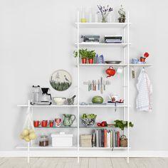 Betonggruvans hyllsystem passar in i såväl vardagsrummet som hallen eller badrummet. Använd som TV-bänk, skoställ, bokhylla eller med kontorets tillbehör.Hyllgavlarna skruvar du fast i väggen och väljer själv på vilket avstånd för att de ska passa din vägg.Hyllgavlarna har inget ben längst in mot väggen för att inte krocka mot golvlisten. Antingen köper du hyllplan av oss eller på närmsta byggmarknad. Höjden 271cm finns endast i vitt.Maila osseller glid förbi i butiken om du har frågor om…