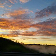 Pé na estrada! Um ótimo dia a todos nós! On the road! Have a Nice day!🌱🌄🚗 #nice #day #work #road #travel #trabalho #morning #dia #botany #botanica #ceu #amanhecer #estrada #sunrise #amanhecer