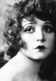 """Vintage Makeup Early superstar Clara Bow, fearless silent movie actor, the """"It"""" Girl. Pilloried in the press for her open attitude towards sex. Old Hollywood, Viejo Hollywood, Classic Hollywood, Vintage Beauty, Vintage Glamour, 1920 Makeup, Vintage Makeup, Flapper Makeup, Flapper Hair"""
