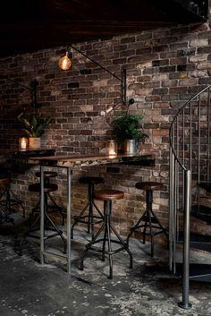 Een robuust en mannelijk interieur in een bar in Sydney. Stalen onderstellen voor tafelbladen en houten tafelbladen is waar VanSloophout.com in gespecialiseerd is! Ben je opzoek naar een industrieel sfeertje? Neem eens contact met ons op. Een tafel zoals dit heeft een vanaf prijs van €599,99 #staal #frame #metaal #metal #industrieel #industrial #sfeer #interieur #uitstraling #aankleding #interior #trends #mannelijk #bartafel #horeca #tafel #meubels #kantoor #robuust