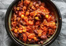 V hluboké pánve rozehřejte lžíci olivového oleje, přidejte nasekanou cibulku a zlehka ji osmahněte (2-3 minuty). Přidejte chilli, oregano, koriandr a protlak. Vše zamíchejte a zprudka opečte 1 minutu. Do pánve dejte rajčata, fazole, cizrnu a dýňové pyré. Vše zamíchejte, podlijte 100 ml vody, přiklopte pokl... Chana Masala, Curry, Beans, Soup, Vegetables, Cooking, Healthy, Ethnic Recipes, Halloween