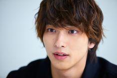 横浜流星が語る、先輩から学んだ一年とこれから 「僕の中で1番大きいのは応援してくれている人たち」|Real Sound|リアルサウンド 映画部 Cute Japanese Guys, Japanese Boy, Yokohama, Handsome Boys, Actors, Movies, Mens Hair, Asian Guys, Random Things