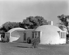 A newly-completed double-bubble house, Andrew Neff. Style Californien, Bubble House, Stars D'hollywood, 1940s Home, Good House, Beautiful Architecture, Better Homes, Elle Decor, Places To Go