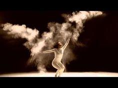 Este fotógrafo capta los giros de esta bailarina entre nubes de polvo | Bored Panda