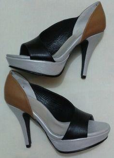 Zapatos en tres colores cuero negro, camel y plateado.