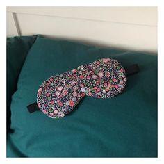 Le Pavillon créatif sur Instagram:  Difficile de dormir longtemps avec la fenêtre ouverte, alors petite couture rapide d'un masque pour profiter des nuits fraîches et des douces matinées sans être réveillée par les premiers rayons du soleil ! ☀️ ~~~~~~~~~~~~~~~~~~~~~~~~~~~~ Modèle : @patrons_sacotin  Tissu : @libertylondon et tissu noir très épais. ~~~~~~~~~~~~~~~~~~~~~~~~~~~~ #masquedenuit #masque #mask #masknight #coutureaddict #couturerapide #libertyoflondon #sewing #sewingaddict #goodnight
