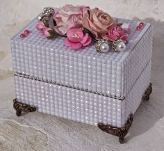 Mitt Lille Papirverksted: Lekker Hvit Boks med Rosa Detaljer Paper Boxes, Altered Boxes, Decorative Boxes, Diy, Crafts, Log Projects, Crates, Bricolage, Diys
