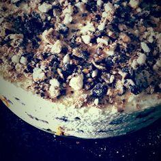 Bekijk de foto van tara.overveld met als titel Bokkenpootjestaart, Makkelijk om zelf te maken!    2 pakjes bokkenpootjes  1 Cake  500 ml slagroom  amandel aroma    Maak van de cake een bodem, klop de slagroom en meng door 1/3 een beetje amandel aroma.   Snijd de bokkenpootjes doormidden..   1ste laag cake  2de laag slagroom met amandel aroma  3de laag bokkenpootjes  4de laag slagroom  5de laag bokkenpootjes  6de laag slagroom  zet de bokkenpootjestaart 24 uur in de koelkast, voor opdienen…