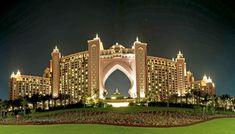 HOTEL ATLANTIS O imponente Atlantis, The Palm é um hotel de luxo e foi o primeiro resort a ser aberto na ilha The Palm Jumeirah.