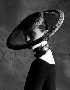 YSL muse Loulou de la Falaise Photographed by Jean Larivière Ysl, Vintage Mode, Moda Vintage, Vintage Hats, Vintage Wear, Turbans, Yves Saint Laurent, Wearing A Hat, Love Hat