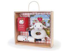 [Apple Park アップルパーク]ベビーギフトボックスセット ひつじ Apple Park(アップルパーク)の出産祝いにピッタリなヒツジさんのギフトセット。赤ちゃんのおもちゃが木箱みたいなボックスに入っています。