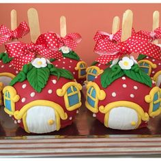 festa doces festainfantil on Instagram Chocolate Covered Apples, Chocolate Orange, Caramel Apples, Gourmet Apples, Apple Dumplings, Fairy Cakes, Candy Apples, Candy Shop, Cupcake Cookies
