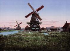 Deze briefkaarten van de windmolens, grachten en steden van 1890 in Nederland, zijn gemaakt met behulp van het Photochrom proces. Dit is een techniek, die een levensechte kleur aanbrengt aan