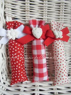 by Ma. Chi l'ha detto che i sacchetti portaconfetti Scrap Fabric Projects, Small Sewing Projects, Lavender Bags, Lavender Sachets, Red Party Themes, Diy Wedding Favors, Wedding Gifts, Diy And Crafts, Crafts For Kids