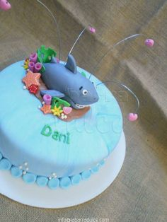 Pastel decorado con fondant personalizado de la barra dulce en Guatemala ♥ #shark #tiburon #sea #beach #waves #pearls #mar #ocean #oceano #scuba #birthday #guatemala #labarradulce #pastel torta tarta tiburones shark teeth https://www.facebook.com/labarradulce