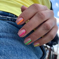 Semi-permanent varnish, false nails, patches: which manicure to choose? - My Nails Cute Acrylic Nails, Neon Nails, Nail Design Glitter, Finger, City Nails, Nagel Blog, Bride Nails, Nail Polish, Minimalist Nails