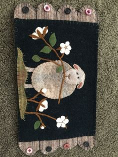 Now this is a sweet ewe‼️ The white flowers against the black background make the percent pop! This appliqué could go colonial or primitive country. You choose‼️ That's the fun of it😊 Wool Applique Quilts, Wool Applique Patterns, Wool Quilts, Wool Embroidery, Felt Applique, Sheep Crafts, Felt Crafts, Fabric Crafts, Primitive Crafts