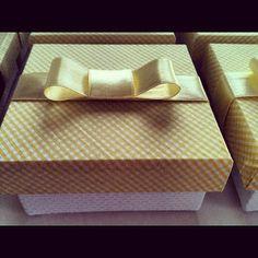 detalhe fita amarela caixa para bem nascidos em piquet e tampa xadrez  diagonal.