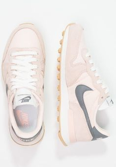 Trendy Sneakers 2018 Chaussures Nike Sportswear INTERNATIONALIST - Baskets basses - sunset tint/cool grey/summit white corail: € chez Nike Sportswear, Nike Free Outfit, Nike Free Shoes, Pink Nike Shoes, Pink Nikes, Basket Michael Kors, Cute Shoes, Me Too Shoes, Mode Adidas
