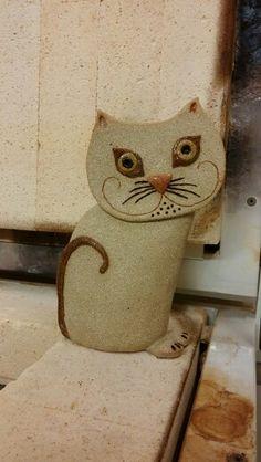 Keramiikka kissa tulossa juuri uunista.