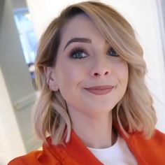 Zoella's new haircut (short and blond with curls) – March 2018 - Modern Blond Mi-long, Short Blonde, Winter Hairstyles, Cute Hairstyles, Wedding Hairstyles, Shadow Root Blonde, Short Hair Cuts, Short Hair Styles, Zoella Hair