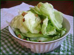 Listy hlávkového salátu rezebereme a důkladně omyjeme, dáme do mísy, velké listy natrháme na menší kusy a osolíme - pozor nepřesolit Uzený špek ...