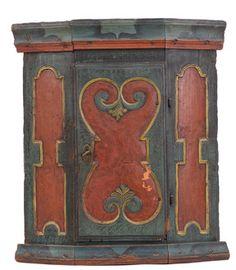 Hjørnehengeskap, skåret dekor og org. maling, Gudbrandsdalen, 1800-tallet. (H:61/D:34cm)