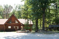 Trapper's Den - 2 Master Suites and rustic wagon in the Ozarks at  BransonVacationRentalCabins.com