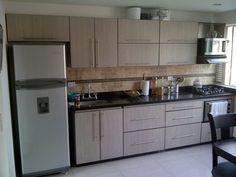 <p>Neste projeto, o armário modulado foi suficiente e ótimo para compor a cozinha. Simples, a decoração foi valorizada com os revestimentos em pastilhas no backsplash.</p>   Credits: homify / FEDGO
