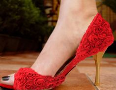 zapatos rojos de florecitas mmmmm preciosos!!!